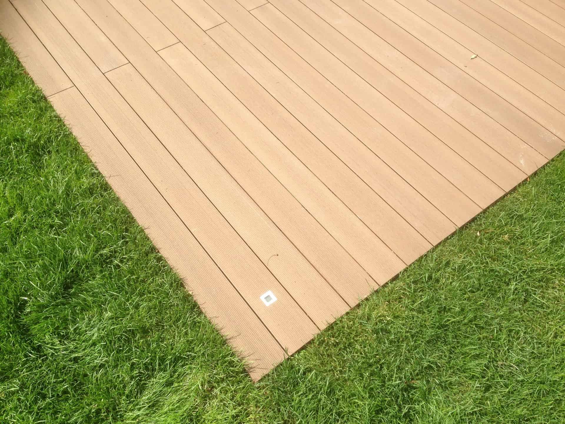 Terrasse mit Rasen bündig